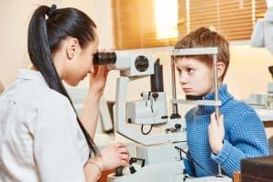 ¿Por qué debo llevar a mi hijo al examen de la vista para niños?