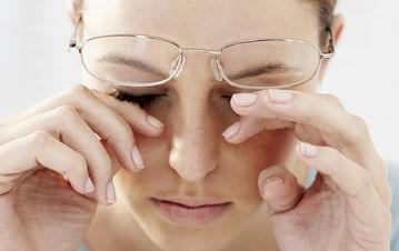Mujer con ojos cansados
